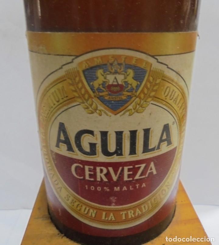Coleccionismo de cervezas: CERVEZA. AGUILA. EJEMPLAR UNICO Y ENUMERADO. PRIMERAS BOTELLAS. Nº 036861. EN PIE DE MADERA. VER - Foto 2 - 150956666