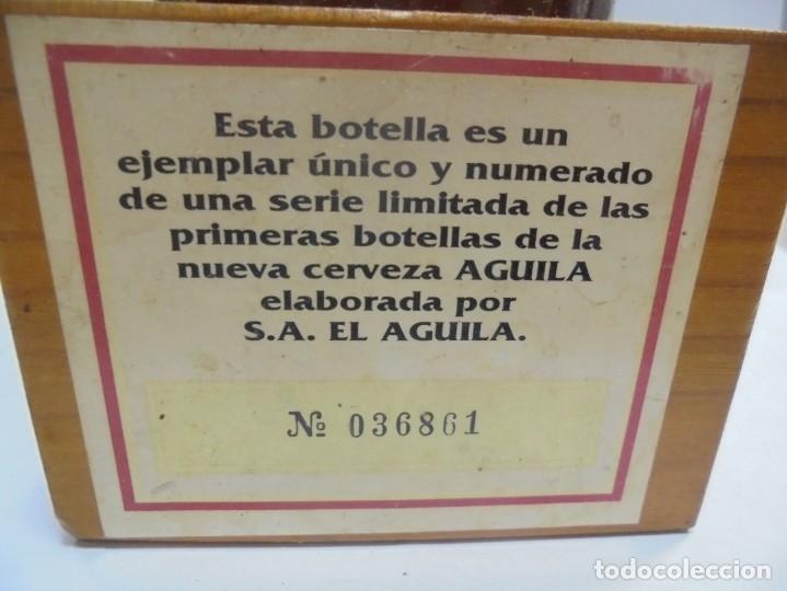 Coleccionismo de cervezas: CERVEZA. AGUILA. EJEMPLAR UNICO Y ENUMERADO. PRIMERAS BOTELLAS. Nº 036861. EN PIE DE MADERA. VER - Foto 3 - 150956666