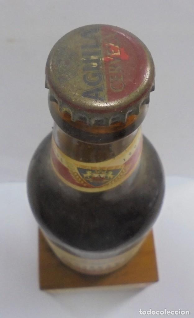 Coleccionismo de cervezas: CERVEZA. AGUILA. EJEMPLAR UNICO Y ENUMERADO. PRIMERAS BOTELLAS. Nº 036861. EN PIE DE MADERA. VER - Foto 5 - 150956666