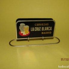 Coleccionismo de cervezas: ANTIGUO SERVILLETERO PUBLICIDAD DE CERVEZAS CRUZ BLANCA DE MADRID. Lote 145449174