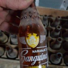 Coleccionismo de cervezas: CAJA RÚSTICA DE MADERA LLENA 24 BOTELLAS SANGUINA. Lote 165708946