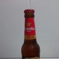 Coleccionismo de cervezas: BOTELLA CERVEZA ETRELLA DAMM EN EL CUELLO CERVEZA DE BARCELONA CHAPA Y LIQUIDO ORIGINAL. Lote 155796382