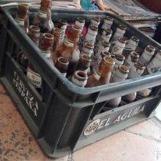 Coleccionismo de cervezas: CAJA CERVEZAS EL AGUILA CON BOTELLINES KRYSTELL ALCAZAR SAN MIGUEL BUCLER CON 24 BOTELLINES . Lote 161566054