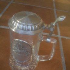 Coleccionismo de cervezas: JARRA DE CERVEZA CON MOTIVO EN RELIEVE CON TAPA . Lote 169328316