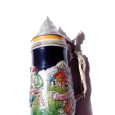 Coleccionismo de cervezas: GRAN JARRA DE CERVEZA ALEMANA, EN CERÁMICA. TAPA METÁLICA. 10,5 CMS. DIÁMETRO BASE X 29 ALTURA.. Lote 175776339