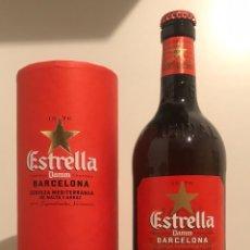 Coleccionismo de cervezas: BOTELLA CERVEZA ESTRELLA DAMM CON FUNDA EXPOSITOR DE CARTÓN 66CL RARA LLENA Y NUEVA. Lote 183039917