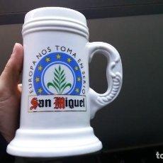 Coleccionismo de cervezas: JARRA DE CERVEZA SAN MIGUEL EUROPA NOS TOMA EN SERIO. Lote 184421030