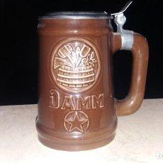 Coleccionismo de cervezas: JARRA DE CERVEZA ESTRELLA DAMM BARCELONA PORCELANA CON TAPADERA. Lote 184574552