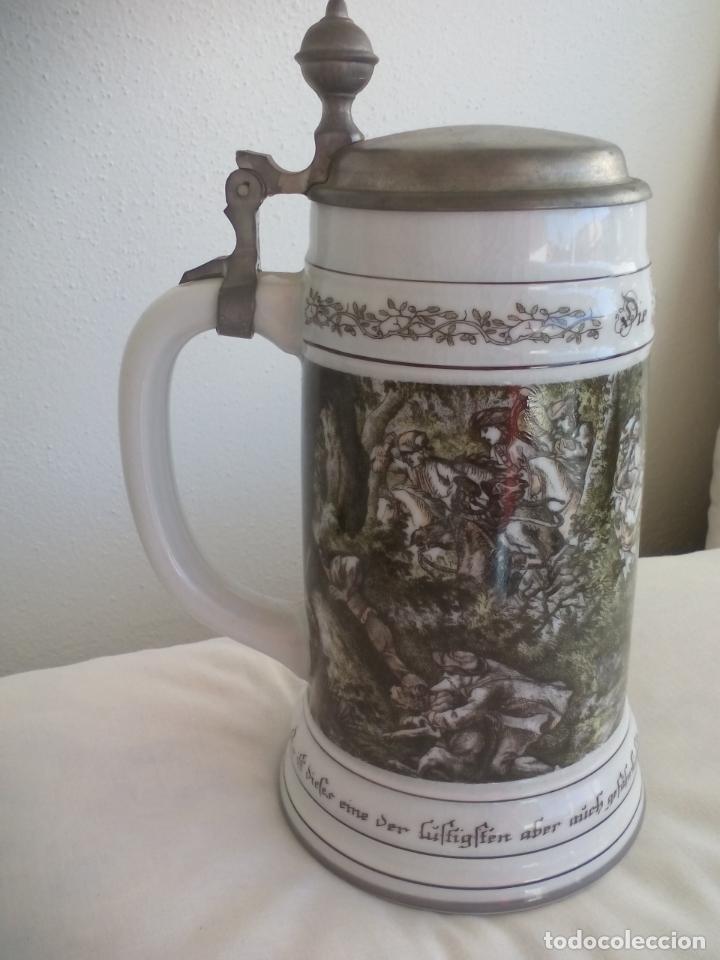 Coleccionismo de cervezas: JARRA DE CERVEZA ALEMANA CON TAPA, CON ESCENAS DE CAZA. DIE SCHIVEINS SAFT. PORCELANA - Foto 2 - 186198452