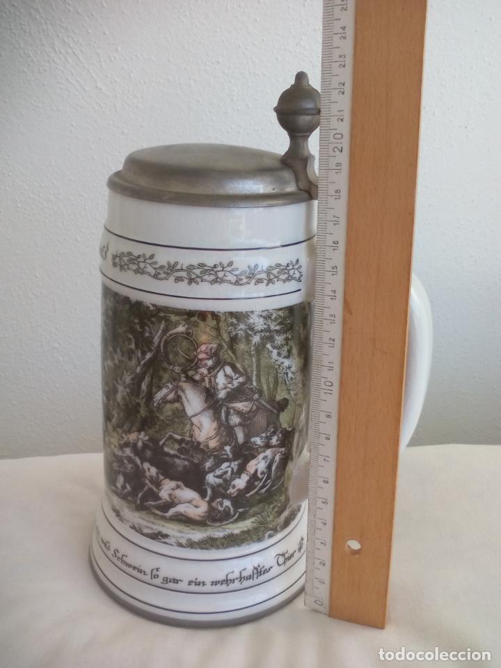 Coleccionismo de cervezas: JARRA DE CERVEZA ALEMANA CON TAPA, CON ESCENAS DE CAZA. DIE SCHIVEINS SAFT. PORCELANA - Foto 3 - 186198452