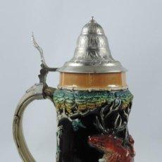 Coleccionismo de cervezas: GIGANTE JARRA DE CERVEZA ALEMANA, WEST GERMANY, EN LA BASE PONE 2L, (DOS LIBROS), ESCENA CON MUCHO R. Lote 190793390