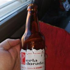 Coleccionismo de cervezas: TERCIO DE CERVEZA LA PERLA DORADA. CERVEZAS ALHAMBRA. GRANADA.. Lote 193397151