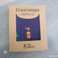 Coleccionismo de cervezas: CALCETINES PEPE PINRELES CRUZCAMPO LA CRUZ DEL CAMPO SEVILLA CERVEZA NAVIDAD 2020 GAMBRINUS BOTELLA. Lote 194674275