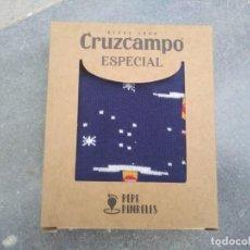 Coleccionismo de cervezas: CALCETINES PEPE PINRELES CRUZCAMPO LA CRUZ DEL CAMPO SEVILLA CERVEZA NAVIDAD 2020 GAMBRINUS BOTELLA. Lote 194674587