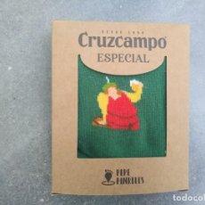 Coleccionismo de cervezas: CALCETINES PEPE PINRELES CRUZCAMPO LA CRUZ DEL CAMPO SEVILLA CERVEZA NAVIDAD 2020 GAMBRINUS JARRA. Lote 194675035