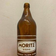 Coleccionismo de cervezas: CURIOSA Y RARA BOTELLA ANTIGUA DE CERVEZA - MORITZ BIERE 1LT. - CERVEZAS BARCELONA SA, 29CMS ALTURA . Lote 196600983