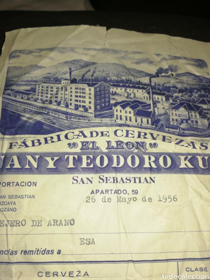 Coleccionismo de cervezas: FACTURA CERVEZAS EL LÉON 1956,CON SELLO. SAN SEBASTIÁN. GIPUZKOA. JUAN Y TEODORO KUTZ. - Foto 2 - 201367225
