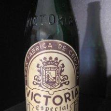 Coleccionismo de cervezas: BOTELLA DE CERVEZA VICTORIA ETIQUETA Y RELIEVE TERCIO. Lote 217847293