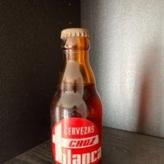 Coleccionismo de cervezas: BOTELLA DE CERVEZA LA CRUZ BLANCA SEVILLA QUINTO. Lote 218500841