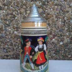 Coleccionismo de cervezas: JARRA DE CERVEZA ALEMANA GRUSSAUS DEM SCHWARZWALD PINTADA A MANO CON TAPA ZINC FORMA CONO GRABADA. Lote 223024586