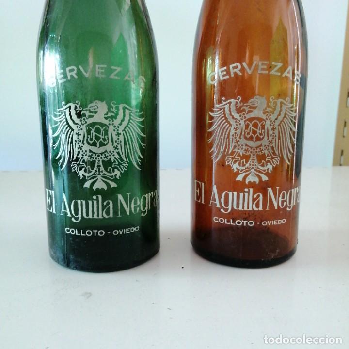 Coleccionismo de cervezas: Antigua botella de cerveza EL AGUILA NEGRA ASTURIAS color verde y marron Oviedo colloto de 66 cl - Foto 2 - 223211421
