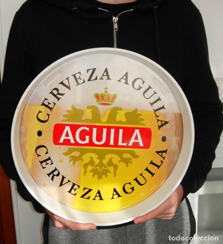 ANTIGUA BANDEJA CERVEZA ÁGUILA. ESPAÑA (Coleccionismo - Botellas y Bebidas - Cerveza )