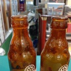 Coleccionismo de cervezas: VARIEDAD DOS BOTELLAS RELIEVE ENCIMA EL VER DIFERENTES EL LAUREL DE BACO QUINTOS MADRID CERVEZA. Lote 243793305