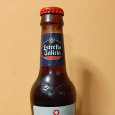 Coleccionismo de cervezas: ESTRELLA GALICIA BOTELLA CERVEZA VACIA NAVIDAD COLECCIONISMO COLISEVM ANTIGÜEDADES ETNOGRAFÍA GALLEG. Lote 243846025
