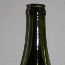 Coleccionismo de cervezas: ANTIGUA BOTELLA DE LA CERVEZA EL AGUILA EN RELIEVE. Lote 255396600