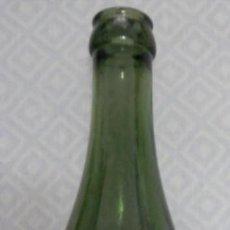 Coleccionismo de cervezas: ANTIGUA BOTELLA DE LA CERVEZA EL AGUILA EN RELIEVE. Lote 255399150