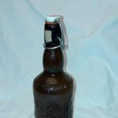 Coleccionismo de cervezas: BELLA BOTELLA DE CRISTAL CON RELIEVE CERVEZA ALEMANA CON TAPÓN ARTICULADO VACÍA. Lote 264337664