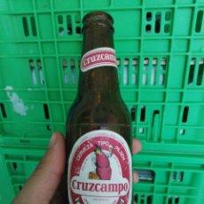 Coleccionismo de cervezas: BOTELLA DE CERVEZA LA CRUZ DEL CAMPO CRUZCAMPO ETIQUETA FABRICA DE SEVILLA TERCIO Y QUINTO. Lote 270943678