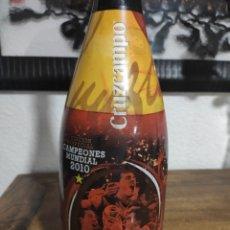 Coleccionismo de cervezas: BOTELLA DE CERVEZA CRUZ CAMPO CAMPEONES EDICIÓN ESPECIAL MUNDIAL DE FÚTBOL 2010. Lote 295010843