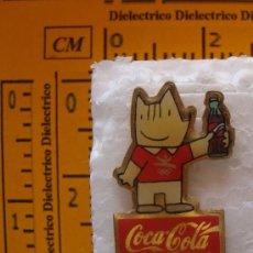 Coleccionismo de Coca-Cola y Pepsi: PIN DE BEBIDAS: COCA - COLA. COBI CON BOTELLA DE COCA COLA. JJOO 1992. . Lote 15908322