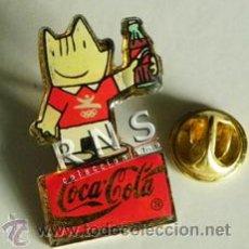 Coleccionismo de Coca-Cola y Pepsi: PIN COBI CON BOTELLA DE COCA COLA - MASCOTA JJOO BARCELONA 92 - DEPORTE PUBLICIDAD BEBIDA 1992. Lote 37976625