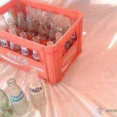 Coleccionismo de Coca-Cola y Pepsi: LOTE CAJA BOTELLAS COCA COLA FANTA NARANJA Y LIMON AÑOS 60-70 21 BOTELLA VINTAGE DECORATIVO ATREZO. Lote 41413235