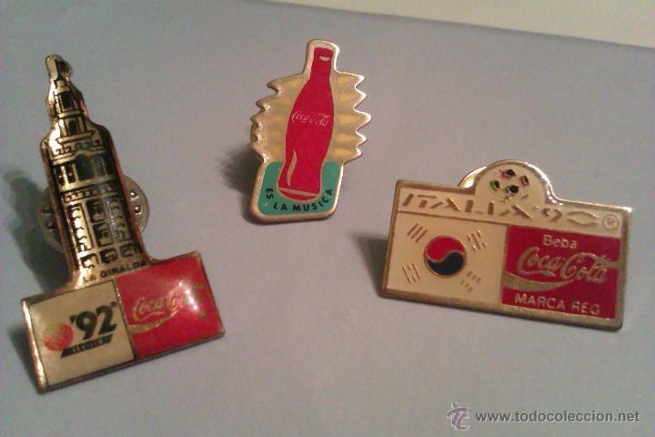 LOTE DE 3 PINS DE COCACOLA AÑOS 90 - EXPO SEVILLA 92 / ITALIA 90 / ES LA MUSICA - (Coleccionismo - Botellas y Bebidas - Coca-Cola y Pepsi)