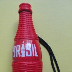 Coleccionismo de Coca-Cola y Pepsi: BRASIL. COCACOLA. PITO Y MARACAS CON FORMA DE BOTELLA. 20 CM DE ALTO. Lote 47203399