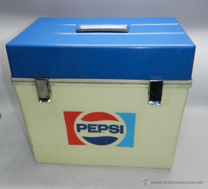 NEVERA PORTATIL CON PUBLICIDAD DE PEPSI, BUEN ESTADO, MIDE 43 X 40 X 27 CMS. (Coleccionismo - Botellas y Bebidas - Coca-Cola y Pepsi)