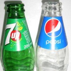 Coleccionismo de Coca-Cola y Pepsi: LOTE DE 2 BOTELLAS DE REFRESCO. 7UP Y PEPSI. Lote 51095618