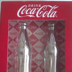 Coleccionismo de Coca-Cola y Pepsi: JUEGO DE SALERO Y PIMENTERO DE COCA COLA EN CERAMICA CON UN BAÑO CROMADO ORIGINAL U.S.A. Lote 50990649