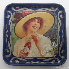 Coleccionismo de Coca-Cola y Pepsi: BANDEJITA VINTAGE PUBLICIDAD DE LA MARCA COCA COLA, AÑOS 80, DE CHAPA CON MOTIVOS DE EPOCA .. Lote 58191702