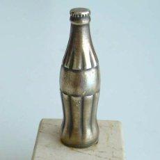 Coleccionismo de Coca-Cola y Pepsi: LOGOTIPO METÁLICO CON PEANA DE COCA-COLA. Lote 61962336