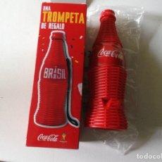 Coleccionismo de Coca-Cola y Pepsi: BOTELLA DE COCA COLA DE PLASTICO TROMPETA VUVUZELA DE BRASIL FABRICADA EN ESPAÑA 2013. Lote 66829054