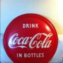 Coleccionismo de Coca-Cola y Pepsi: VINTAGE 1957 COCA-COLA DISC BUTTON SIGN. (92 CMS) ORIGINAL / LETRERO COCA-COLA METAL 1957. Lote 68292581