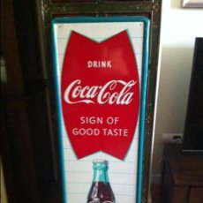 Coleccionismo de Coca-Cola y Pepsi: VINTAGE 1960 COCA-COLA TIN ADVERTISING SIGN WITH FISH LOGO & BOTTLE. ORIGINAL / PLACA CHAPA COKE. Lote 68367557