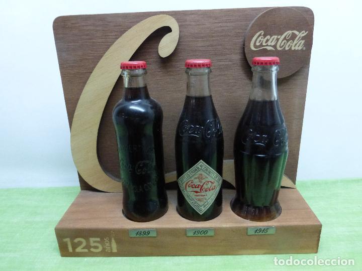 COCA COLA 125 AÑOS - EXPOSITOR CON LAS 3 PRIMERAS BOTELLAS 1899 1900 1915- REEDICIÓN CONMEMORATIVA - (Coleccionismo - Botellas y Bebidas - Coca-Cola y Pepsi)