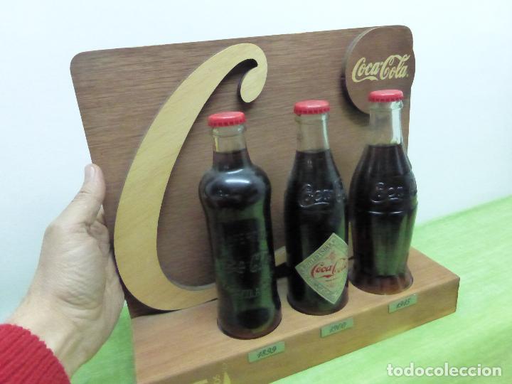 Coleccionismo de Coca-Cola y Pepsi: COCA COLA 125 AÑOS - EXPOSITOR CON LAS 3 PRIMERAS BOTELLAS 1899 1900 1915- Reedición conmemorativa - - Foto 4 - 228598925