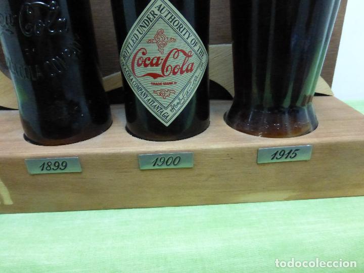 Coleccionismo de Coca-Cola y Pepsi: COCA COLA 125 AÑOS - EXPOSITOR CON LAS 3 PRIMERAS BOTELLAS 1899 1900 1915- Reedición conmemorativa - - Foto 5 - 228598925