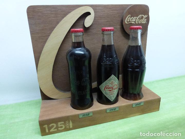 Coleccionismo de Coca-Cola y Pepsi: COCA COLA 125 AÑOS - EXPOSITOR CON LAS 3 PRIMERAS BOTELLAS 1899 1900 1915- Reedición conmemorativa - - Foto 10 - 228598925